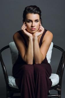 Portrait de jeune femme sur fond gris