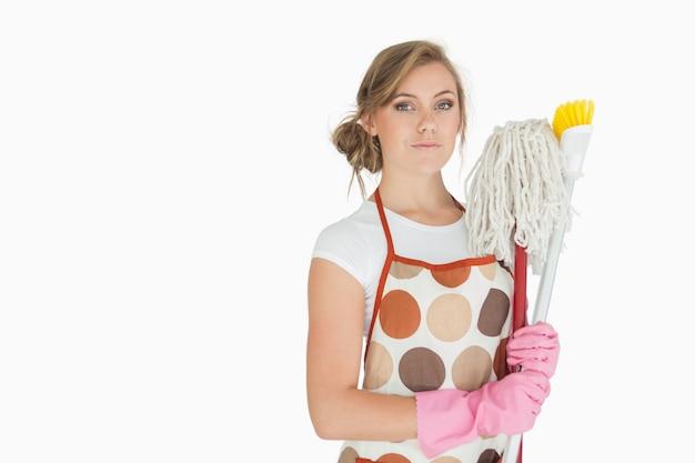 Portrait de jeune femme avec des fournitures de nettoyage