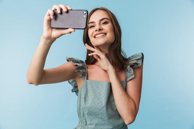 Portrait d'une jeune femme gaie en robe