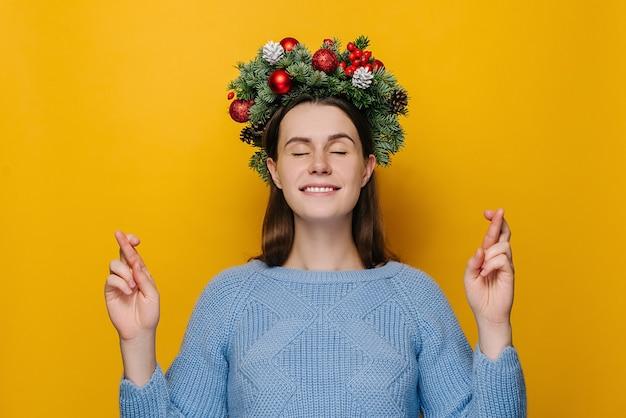 Portrait de jeune femme en guirlande de noël