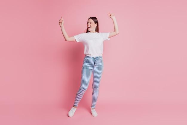Portrait d'une jeune femme heureuse dansant s'amuser d'humeur rêveuse