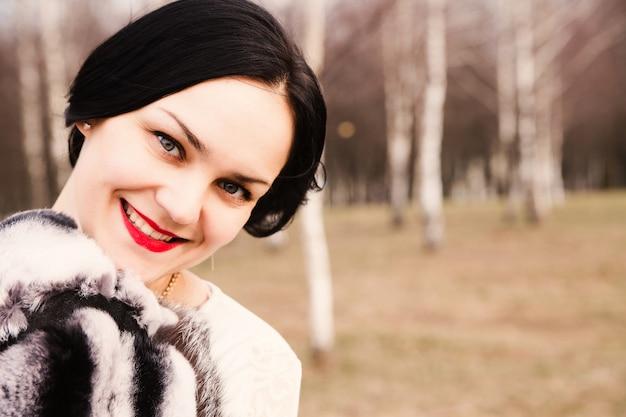 Portrait de jeune femme heureuse à l'extérieur