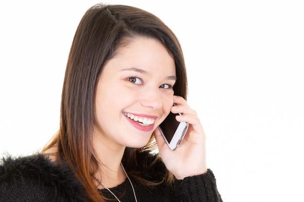 Portrait de jeune femme heureuse parler sur téléphone mobile