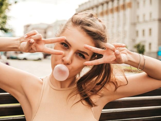Portrait de jeune femme hipster ludique