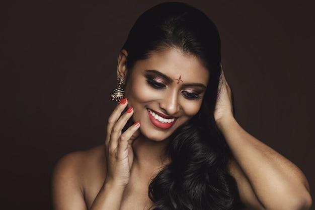 Portrait de jeune femme indienne avec beau maquillage et coiffure