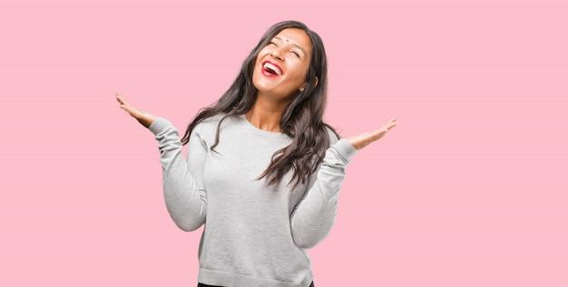 Portrait de jeune femme indienne rire et s'amuser, être détendue et gaie, se sent confiante et réussie