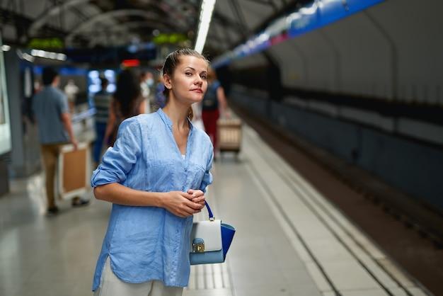 Portrait de jeune femme à l'intérieur du métro de métro.