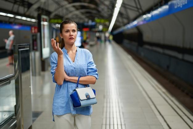 Portrait de jeune femme à l'intérieur du métro.