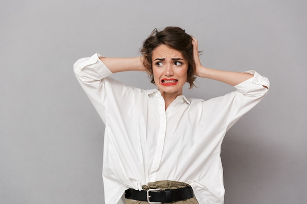 Portrait d'une jeune femme irritée
