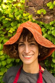Portrait de jeune femme jardinage
