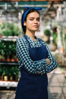 Portrait d'une jeune femme jardinier
