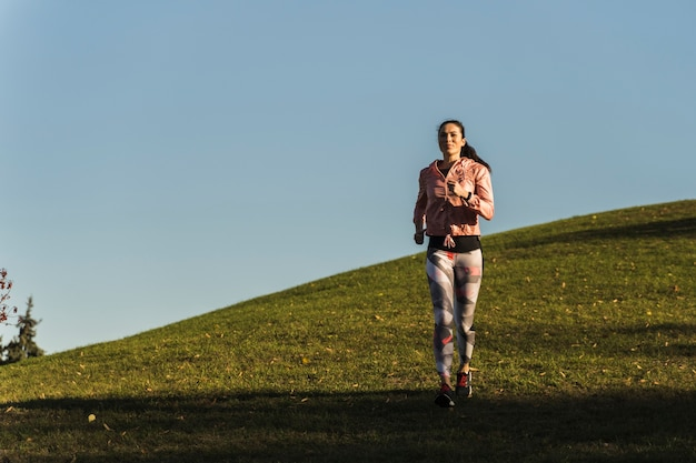Portrait de jeune femme jogging en plein air