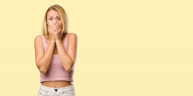 Portrait de jeune femme jolie blonde très peur et peur