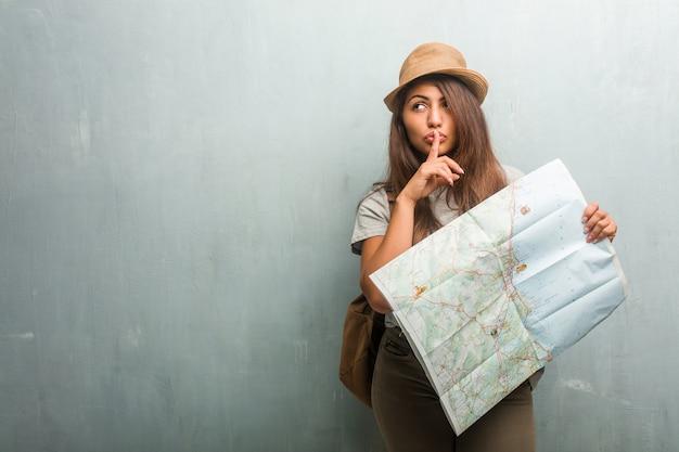 Portrait, jeune, femme latine, voyageur, contre, mur, secret, demande, silence, sérieux
