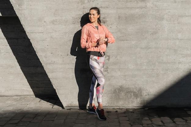 Portrait de jeune femme en legging