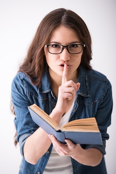 Portrait d'une jeune femme avec un livre