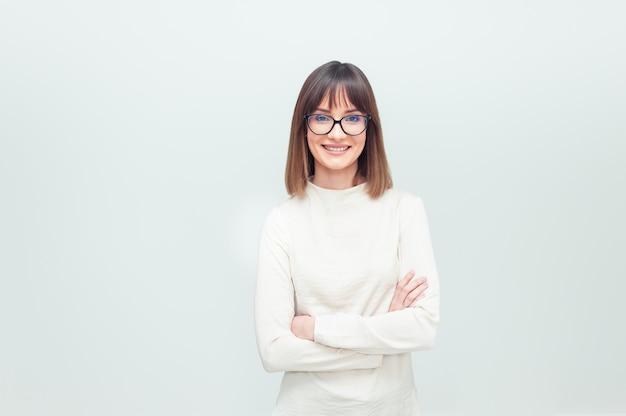 Portrait de jeune femme à lunettes sur blanc