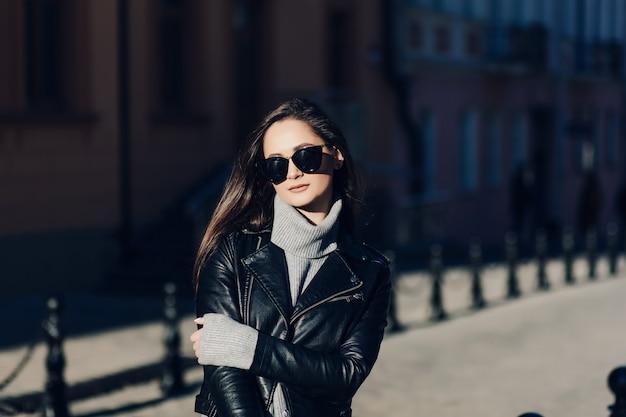 Portrait d'une jeune femme à lunettes de soleil