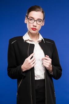 Portrait d'une jeune femme à lunettes et veste