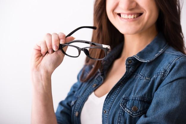 Portrait d'une jeune femme à lunettes