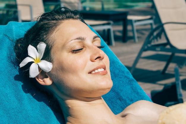 Portrait de jeune femme en maillot de bain noir