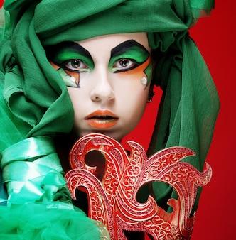 Portrait de jeune femme avec masque en image théâtrale créative