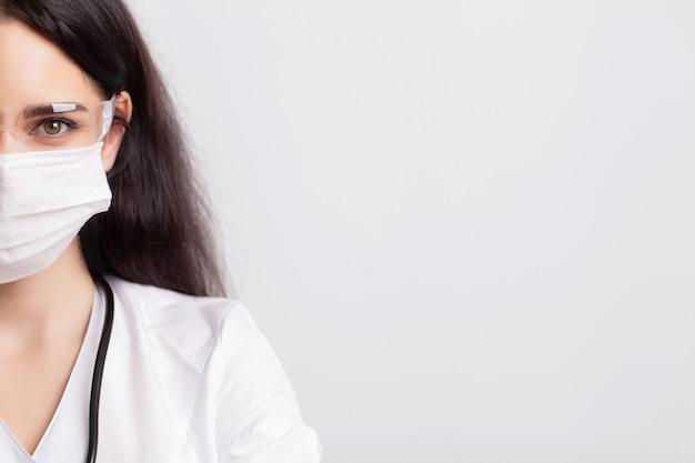 Portrait de jeune femme médecin en masque médical