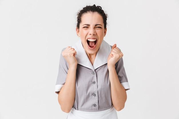 Portrait d'une jeune femme de ménage en colère