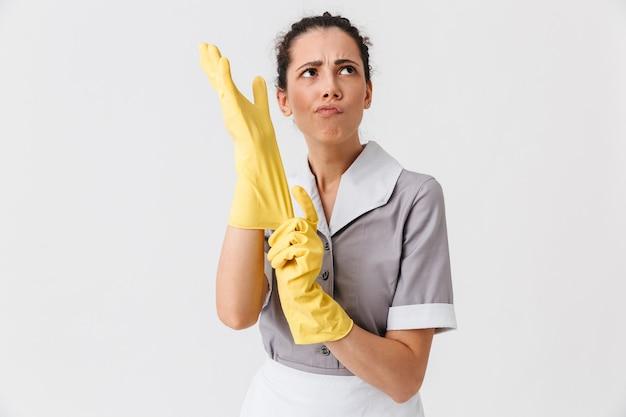 Portrait d'une jeune femme de ménage confiante