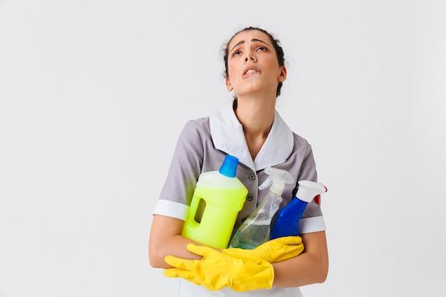 Portrait d'une jeune femme de ménage épuisée