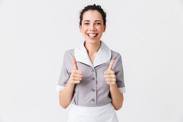 Portrait d'une jeune femme de ménage heureuse