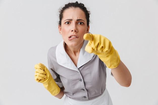Portrait d'une jeune femme de ménage sérieuse