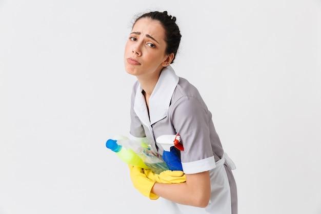 Portrait d'une jeune femme de ménage triste