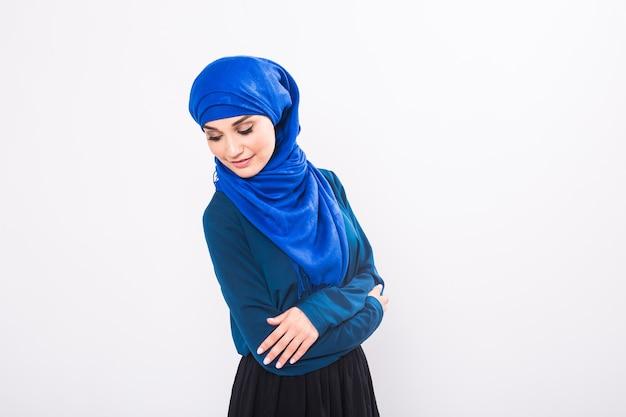 Portrait de jeune femme musulmane portant des vêtements arabes traditionnels.