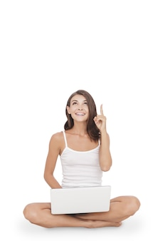 Portrait jeune femme avec ordinateur portable