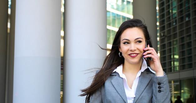 Portrait d'une jeune femme parlant au téléphone