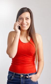 Portrait de jeune femme parlant sur téléphone intelligent