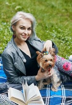 Un portrait d'une jeune femme avec un petit chien