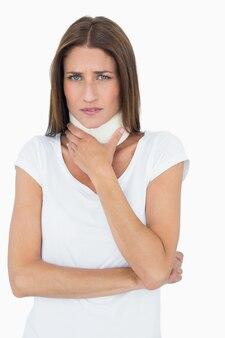 Portrait d'une jeune femme portant un collier cervical
