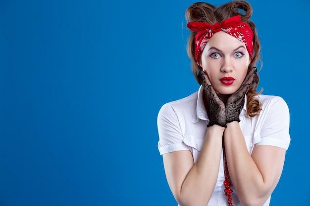 Portrait de jeune femme portant des gants et un bandana