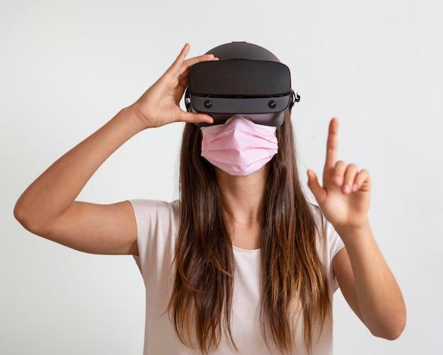 Portrait jeune femme portant un masque avec casque de réalité virtuelle