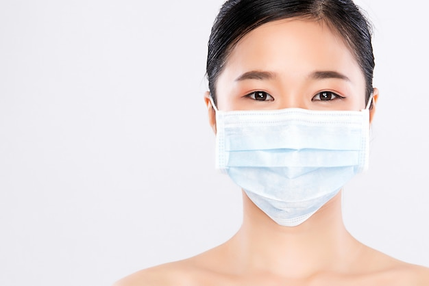 Portrait de jeune femme portant un masque facial, isolé. epidémie de grippe, allergie aux poussières, protection contre les virus. concept de pollution de l'air de la ville