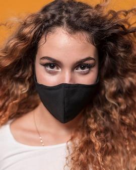 Portrait jeune femme portant un masque