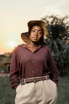 Portrait jeune femme posant avec chapeau