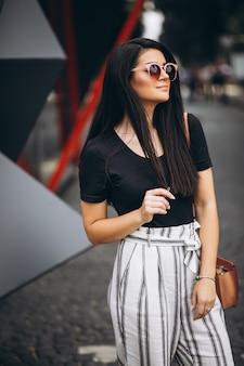 Portrait d'une jeune femme posant dehors