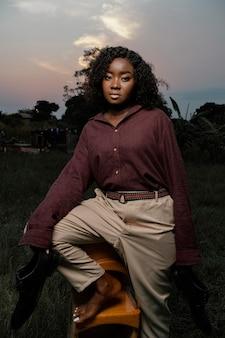Portrait jeune femme posant