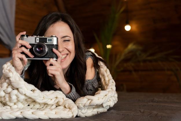 Portrait de jeune femme prenant une photo