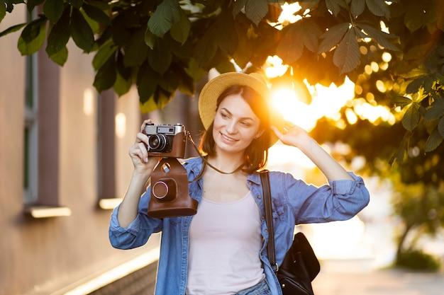 Portrait de jeune femme prenant des photos en vacances