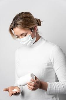 Portrait de jeune femme prenant un traitement médical