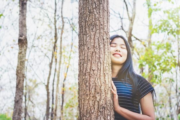 Portrait de jeune femme prendre une profonde respiration dans la forêt à la campagne